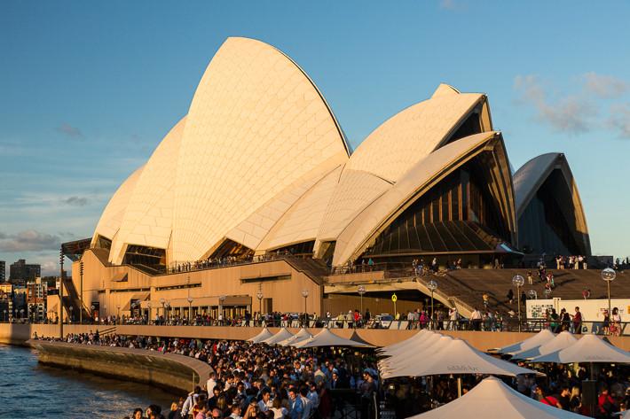 Der Platz vor der Oper an einem Freitagabend bei bestem Wetter ...