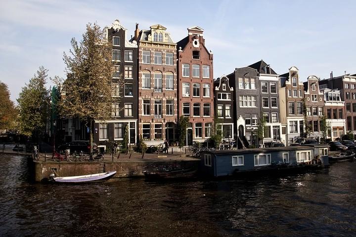 Typische Häuserzeile in Amsterdam.