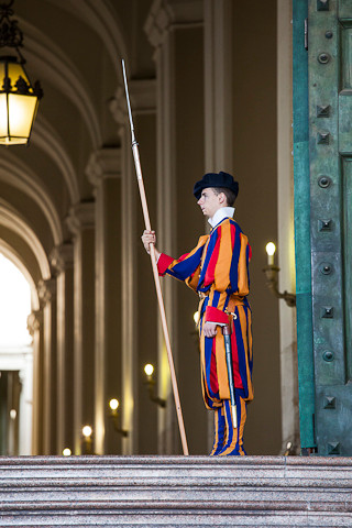 Schweizergardist in traditioneller Uniform.