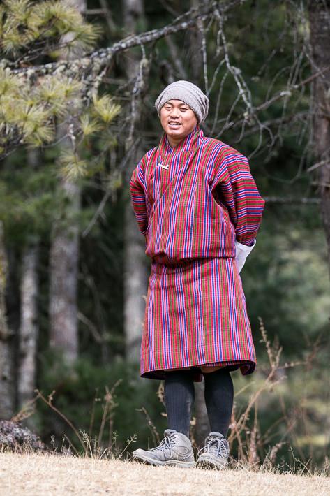 Unser Führer Karma im Gho, der traditionellen Männerkleidung Bhutans.