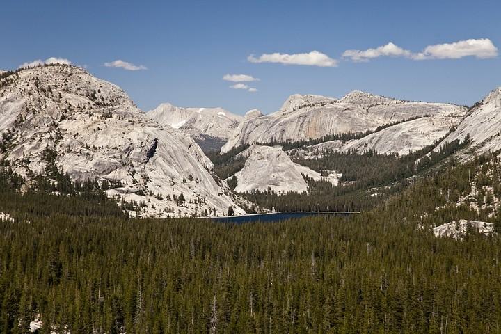 Ausblick auf den Tenaya Lake und die umliegenden Berge.