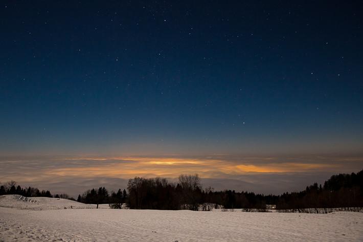 Über den Wolken: Auf 1.100 Meter Höhe, darunter Nebel und noch weiter darunter eine Stadt.