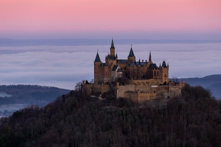Burg Hohenzollern kurz vor Sonnenaufgang.