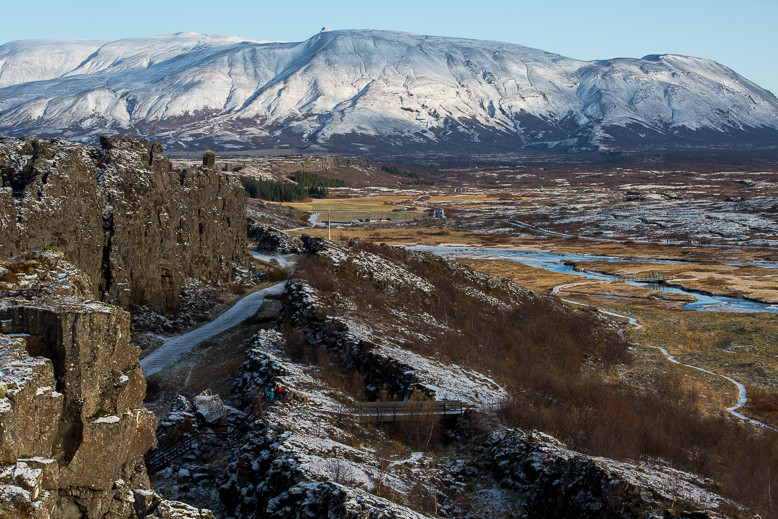 Island liegt auf dem Mittelatlantischen Rücken und damit auf der Nordamerikanischen als auch auf der Eurasischen Platte.