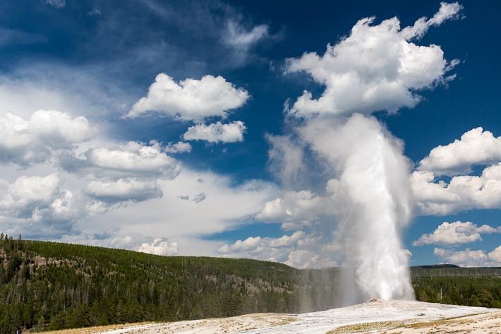 Ein Geysir ist eine spezielle Art einer heißen Quelle, bei der das Wasser in regelmäßigen / unregelmäßigen Abständen als Fontäne nach oben ausbricht.