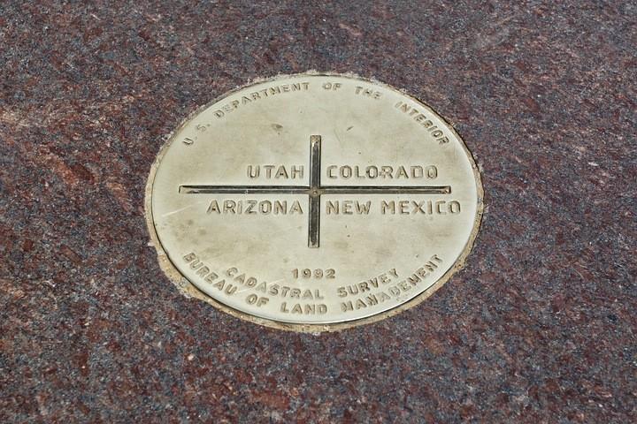 Die bronzene Grenzmarke wurde vom US-Innenministerium 1992 angebracht.