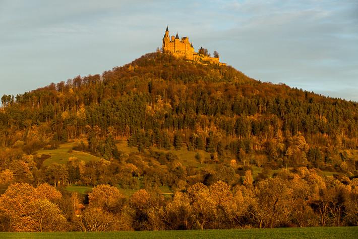 An einem herbstlichen Abend erstrahlte die Burg in rötlichen Farben.