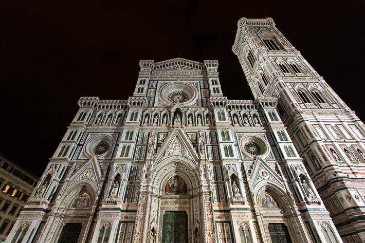 Die Westfassade mit dem Glockenturm der Kathedrale bei Nacht