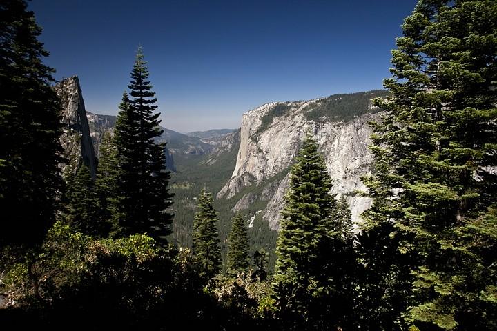 El Capitan und das Yosemite Valley vom Four Mile Trail aus betrachtet.