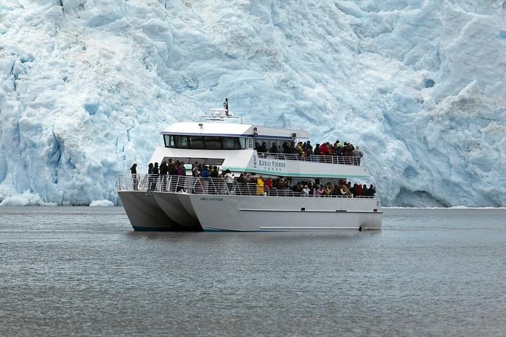 Auch andere Anbieter fuhren an diesem Tag zum Gletscher. Hier kann man gut die Größe des Gletschers im Verhältnis zum Schiff sehen.