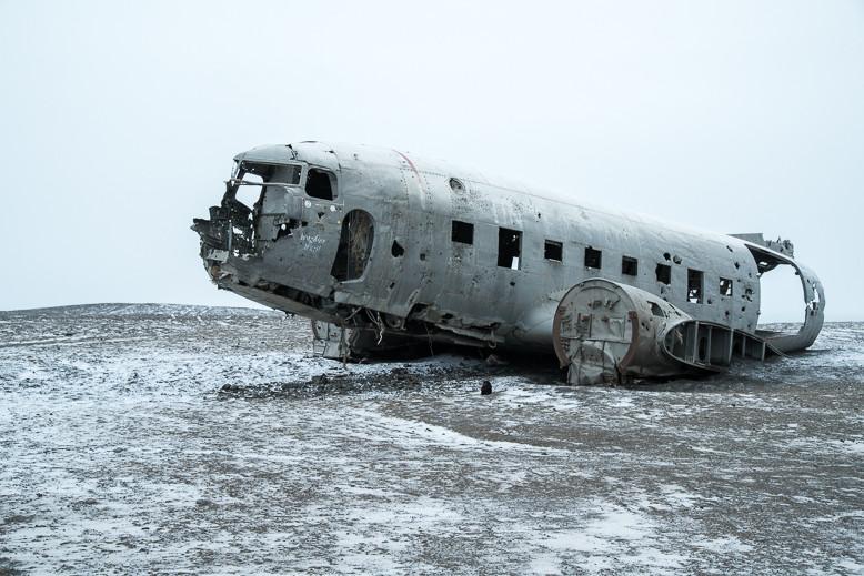 Am 21. November 1973 verunglückte eine Douglas Super DC-3 der US Navy an der isländischen Küste.