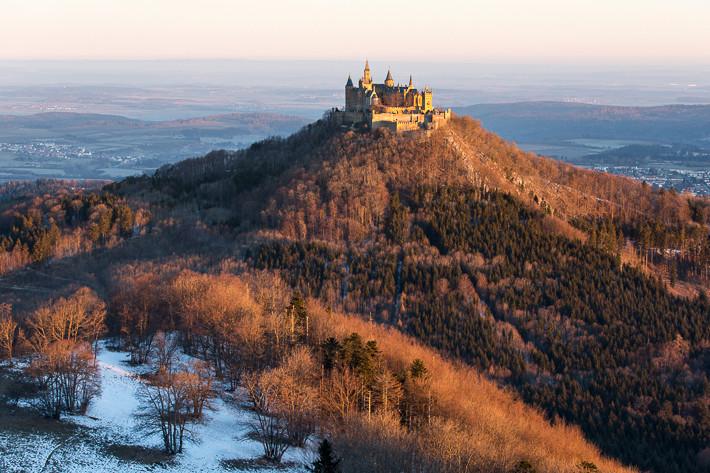 Blick auf die Burg Hohenzollern etwa eine halbe Stunde nach Sonnenaufgang.