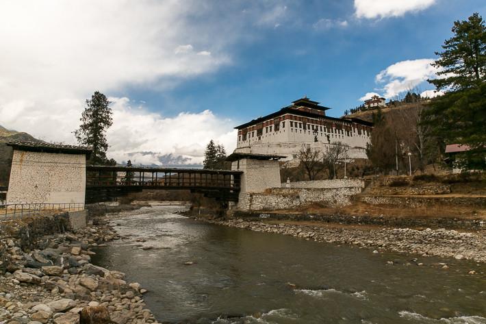 Der Fußweg zum Paro Dzong fürt über den Fluss Paro Chu.