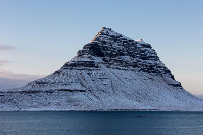 Der Berg Kirkjufell hat eine Höhe von 463 m und befindet sich nahe der Stadt Grundarfjörður am westlichen Ufer des gleichnamigen Fjordes Grundarfjörður im Norden der Halbinsel Snæfellsnes.