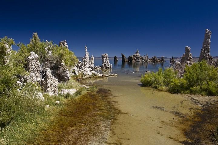 Die für ihn so charakteristischen Kalktuff-Säulen, welche das Seeufer säumen, bildeten sich einst unter Wasser und sind nur durch die Absenkung des Wasserspiegels zu sehen.