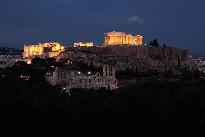 Grandiose Ausblicke: Kurz nach Sonnenuntergang auf dem Philopáppos mit Blick auf die Akropolis.
