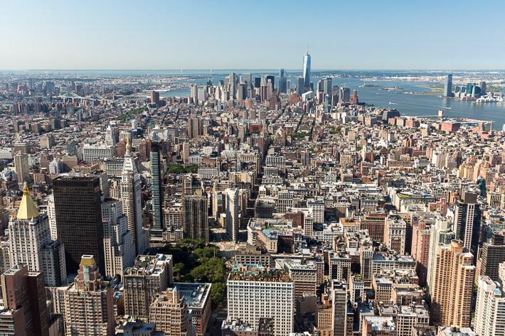 Blick von der Aussichtsterasse des Empire State Building auf Manhatten.