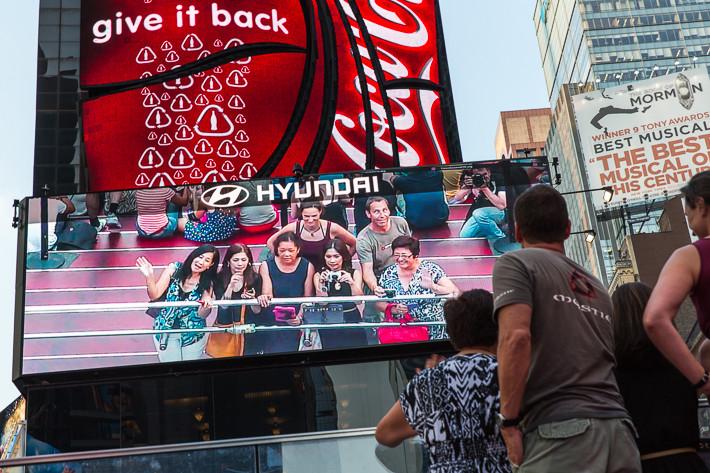 Wer erkennt den Fotografen? Auf der Anzeigentafel - oben rechts - ein Selfie!