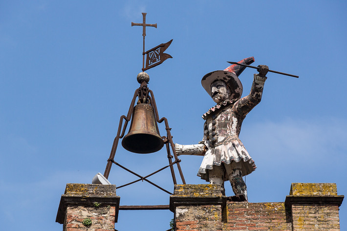 Uhrturm Torre di Pucinella an der Piazza Michelozzo