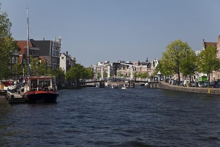 "Die Stadt liegt am Fluss Spaarne (""Spaarnestad"")."