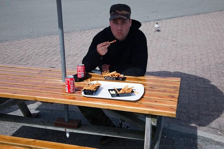 Mein Begleiter Cedric (http://www.cdfoto.de) und ich bei unserer Lieblingsbeschäftigung am Nachmittag: Pommes! Man beachte auch die Lachmöwe im Hintergrund, die uns jeden Tag immer wieder besuchte!