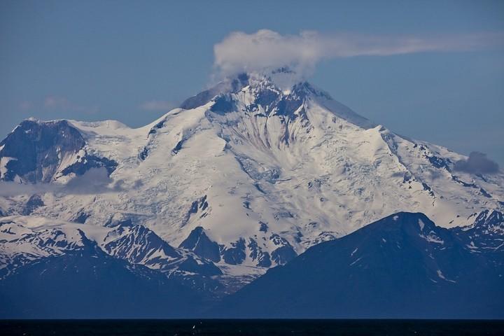 Bei der Wolke handelt es sich nicht um ein Wetterwölckchen. Der Mount Redoubt ist immer noch aktiv und quallmt vor sich hin.
