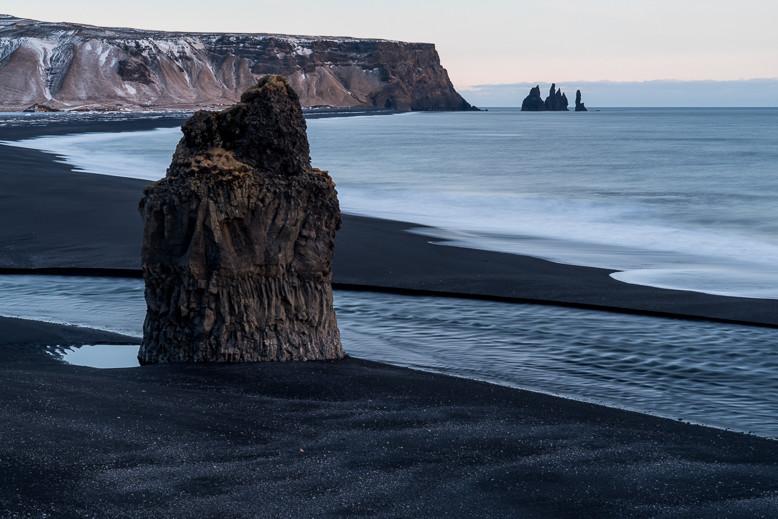 Blick von Dyrhólaey auf den Berg Reynisfjall und die Reynisdrangar-Felsen.