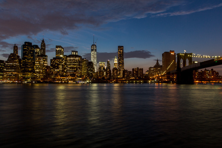 Skyline von Manhatten, u. a. mit dem One World Trade Center (1 WTC) und der Brooklyn Bridge.