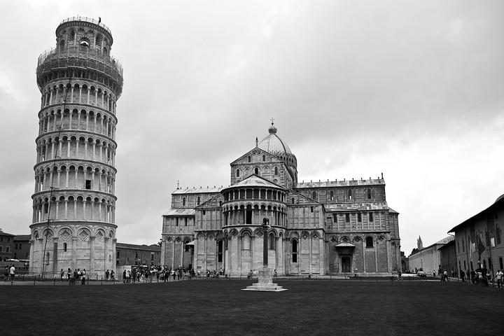 Der Schiefe Turm von Pisa ist zweifelsohne das berühmteste schiefe Bauwerk der Welt und das Wahrzeichen der Stadt Pisa (Italien).