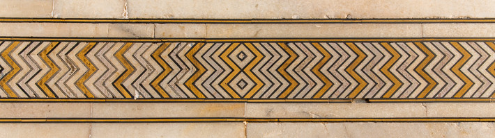 Verzierter Marmor der Außenfassade des Taj Mahal.