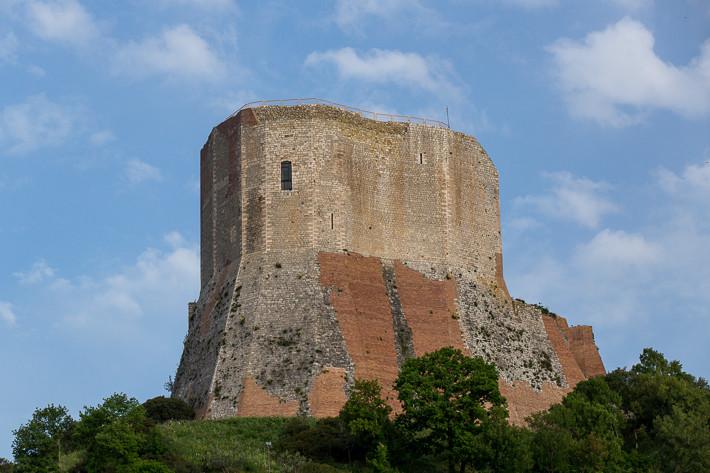 Rocca d'Orcia (auch Rocca di Tentennano, Tintinnano oder Tintennano genannt) ist eine im Staatsbesitz befindliche achteckige Burg.