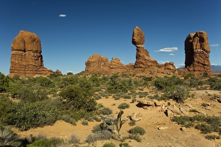 Der auf einer Sandsteinnadel balancierende Balance Rock zählt zu den Wahrzeichen des Arches Nationalparks.
