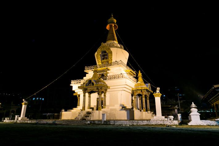 Nachts ist die Memorial Chorten schön beleuchtet.