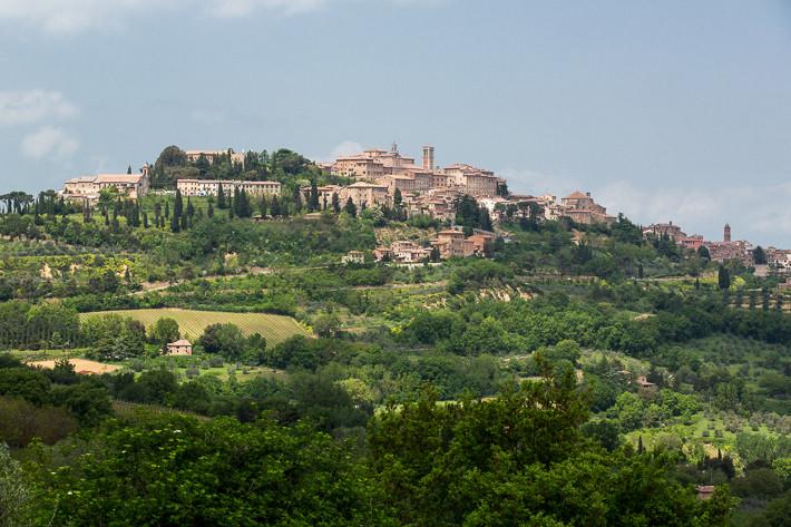Stadtansicht von Montepulciano: Die Stadt liegt auf der Kuppe eines 600 m hohen Hügels und ist von einer mittelalterlichen Stadtmauer umgeben.
