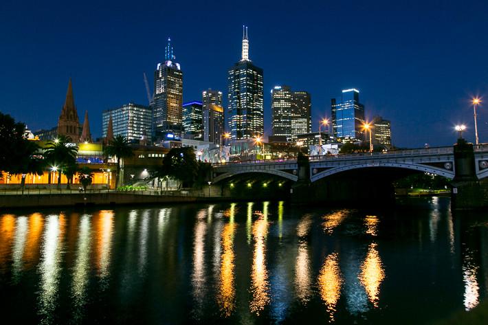 Skyline von Melbourne bei Nacht.