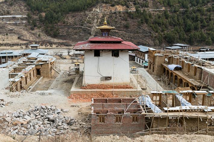 Baustelle der Klosteranlage am weißen Tempel. Die Bhutanesen bauen noch viel mit Lehm, Holz und Stein.