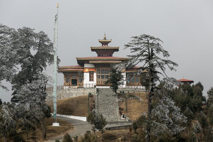 Kurze Sonneneinstrahlung: Tempel Druk Wangyal Lhakhang am Dochula Pass
