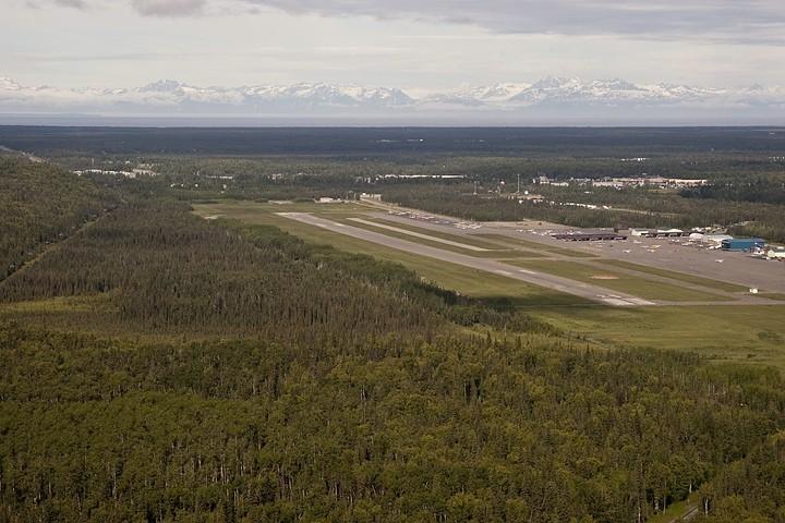 Flughafen Soldotna, im Hintergrund die Aleutenkette.