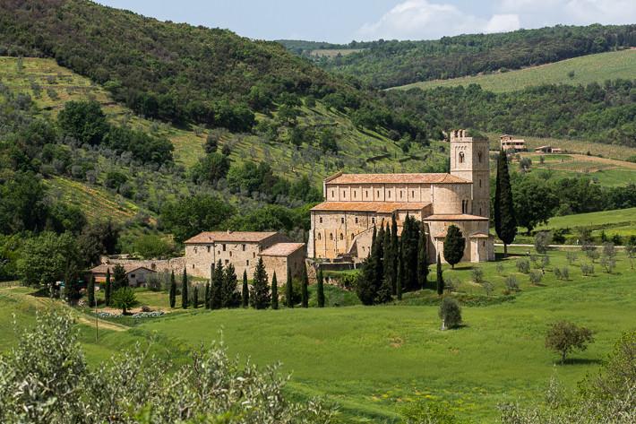 Abtei Sant'Antimo, eine der bedeutendsten Klosteranlagen Italiens im Ortsteil Castel-nuovo dell'Abate gelegen.