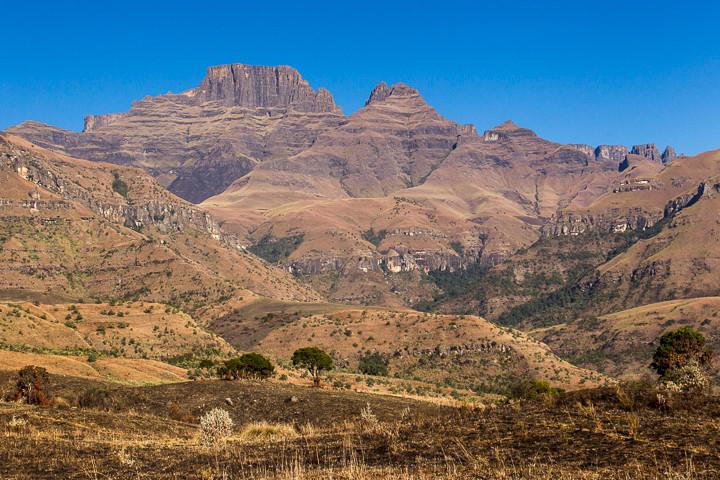 """Herausragend sind Berge wie der markante Cathkin Peak (3181 m). Auf Zulu heißt der Berg Mdedelelo (""""Gib ihm Raum"""")."""