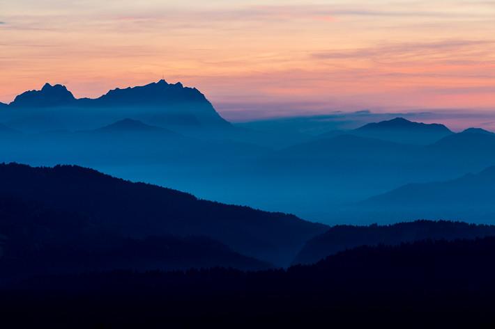 Sonnenuntergang/Übergang zur Blauen Stunde mit herbstlichem Dunst/Nebel.