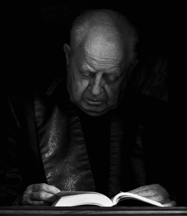 Lesender Priester im Petersdom.