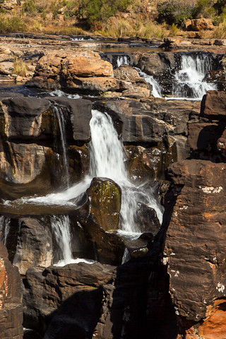 Durch weitere Auswaschungen sind tiefe Strudellöcher in das Felsgestein geschliffen worden.