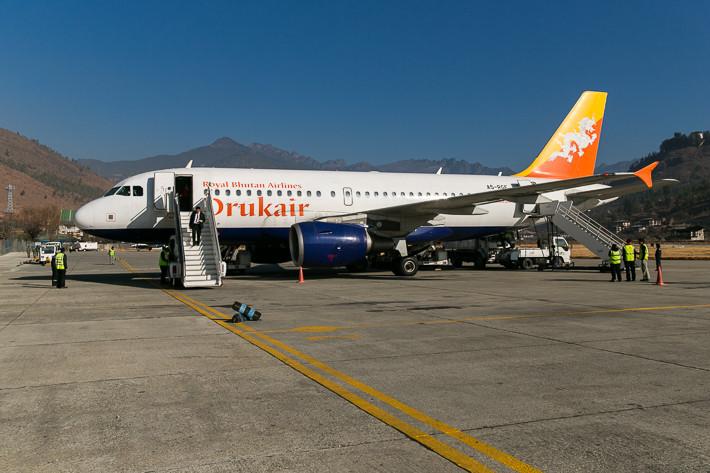 Der Airbus A319 der Drukair auf dem Flughafen Paro (Bhutan).