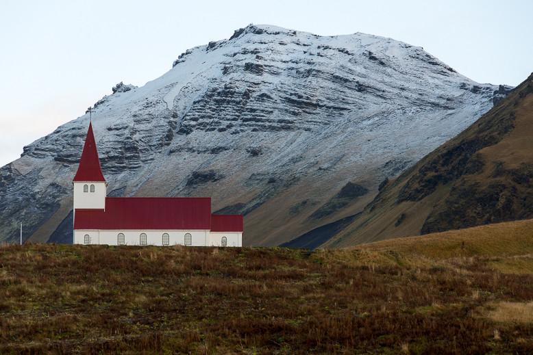 Die Kirche von Vík í Mýrdal steht sehr malerisch auf einem Hügel und thront über dem Ort.