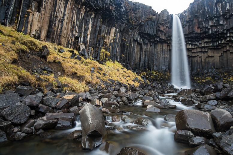 """Svartifoss (auch """"Schwarzer Wasserfall""""; nach der Farbe des umgebenden Gesteins)"""
