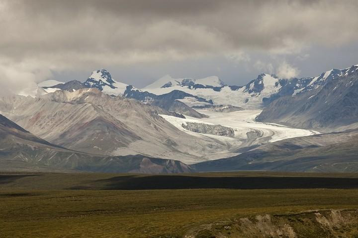 Gulkana Glacier und umliegende Berge.