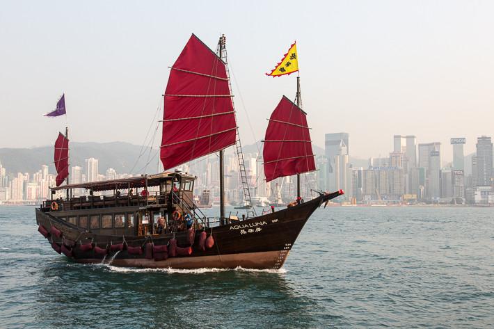 Eine alte Dschunke im Hafen von Hongkong.