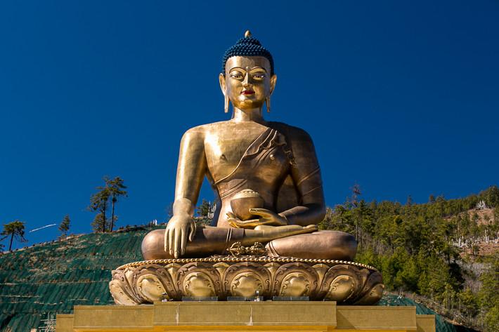 Die Statue des sitzenden Buddha ist vom ganzen Tal aus gut sichtbar.