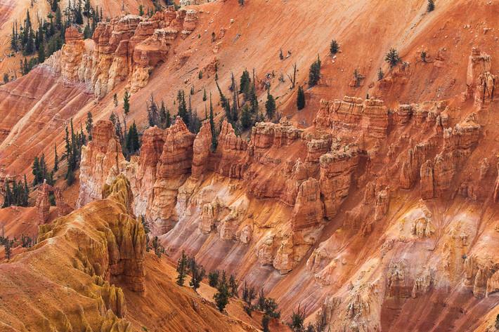 Die Farben des Gesteins stammen von einem hohen Eisen- und Mangangehalt in den Gesteinsschichten.